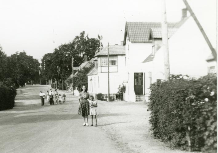 Folk på Hovedgaden, set mod nord