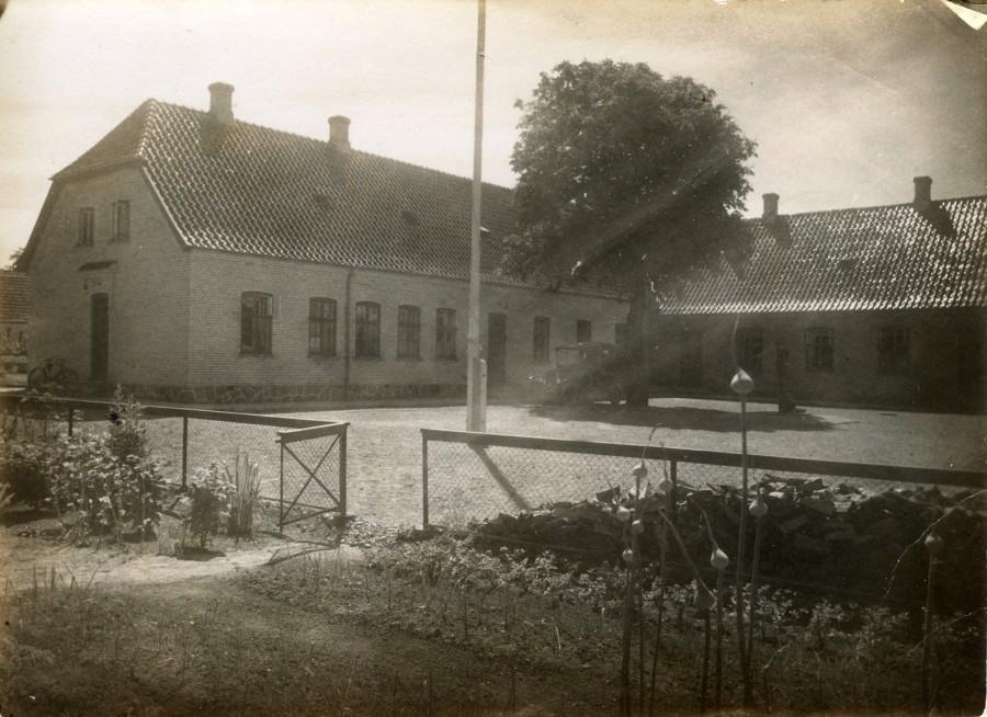 Skolen 1935 set fra lærernes nyttehaver, som dengang lå hvor der i dag er P-plads til lærernes biler.