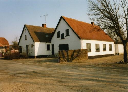 Hovedgaden 52 hvor Tage og Gudrun Johansen startede deres tømrervirksomhed i 1956. Huset ligger tilbagetrukket fra Hovedgaden ved vendepladsen foran Friluftsbadet. Privatfoto.