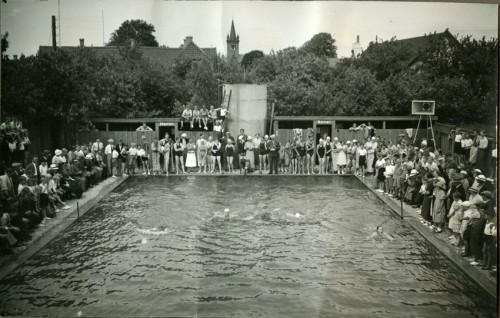 Ugerløse Friluftsbad ved indvielsen i 1933. Det originale foto er fundet hos Grethe Rink (f. Sværdgaard), som er barnebarn af stifteren af UG Maskinfabrik Lars Peter Petersen, som er den der har fotograferet.