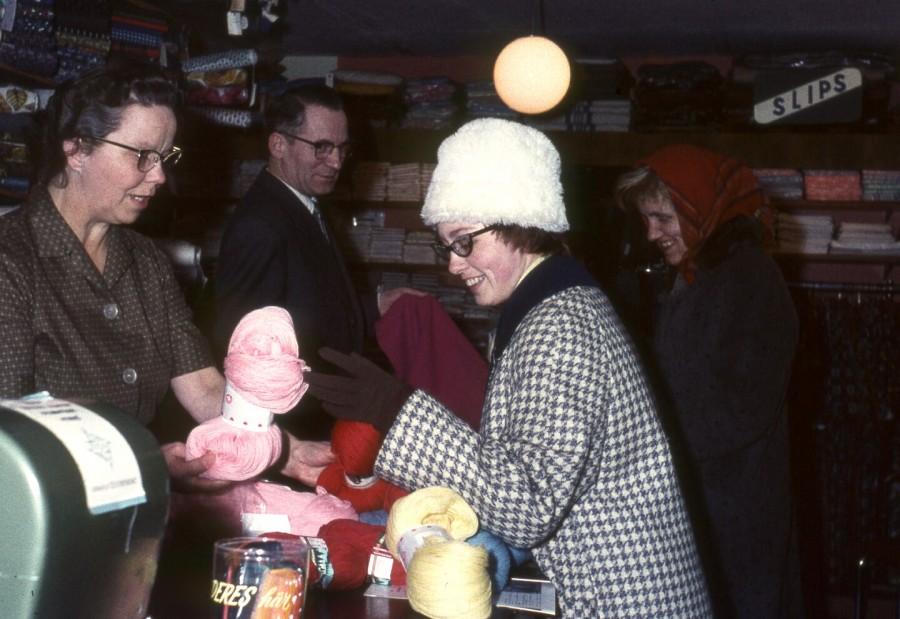 Hos Manufakturhandler Walther Petersen: Agnete, Walther, Birgith Andersen, Birgitte Frederiksen