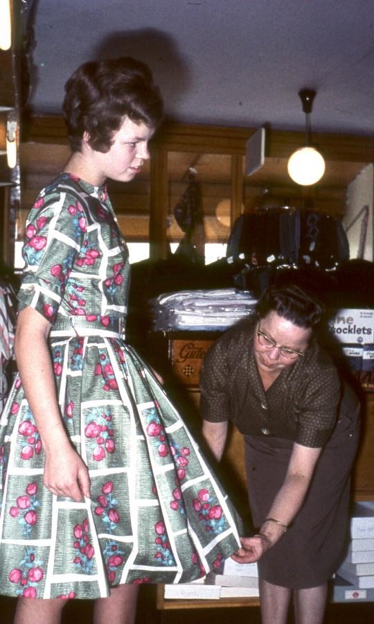 Hos manufakturhandler Walther Petersen: Ruth (deres datter) og Agnethe Petersen