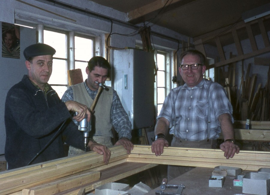 Hos Tømrermester K J Nielsen, Tølløsevej 361: 2 ukendte, men til højre er det Snedker Hans Jørgen Larsen fra Kirkevej 7