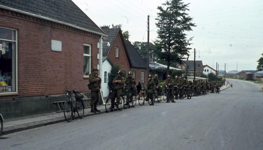 Cykelkompagni gør holdt på Østrupvej