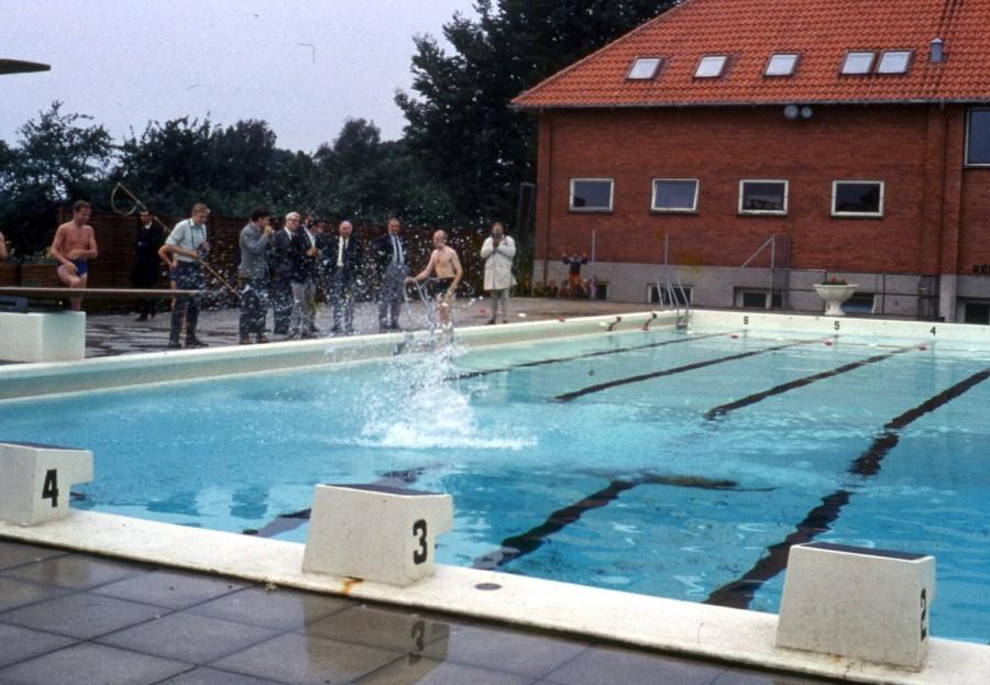 Friluftsbadets indvigelse: Minister K. B. Andersen springer i vandet