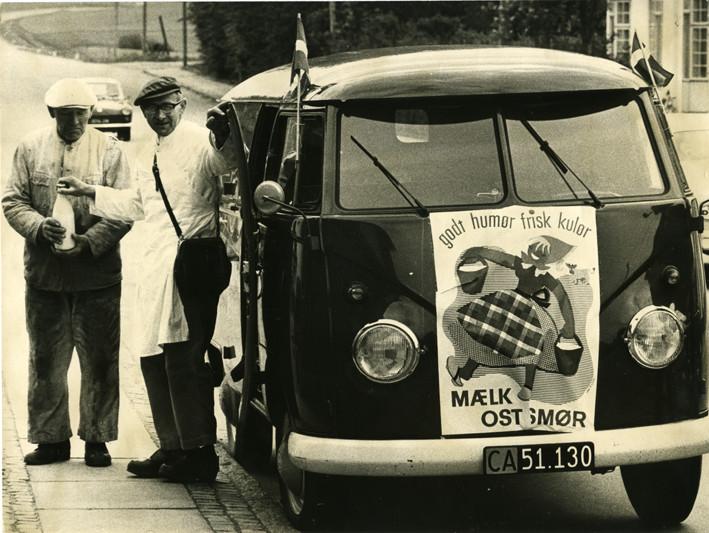 Mælkehandler i gang med en handel fra sit folkevognsrugbrød på Bonderupvej