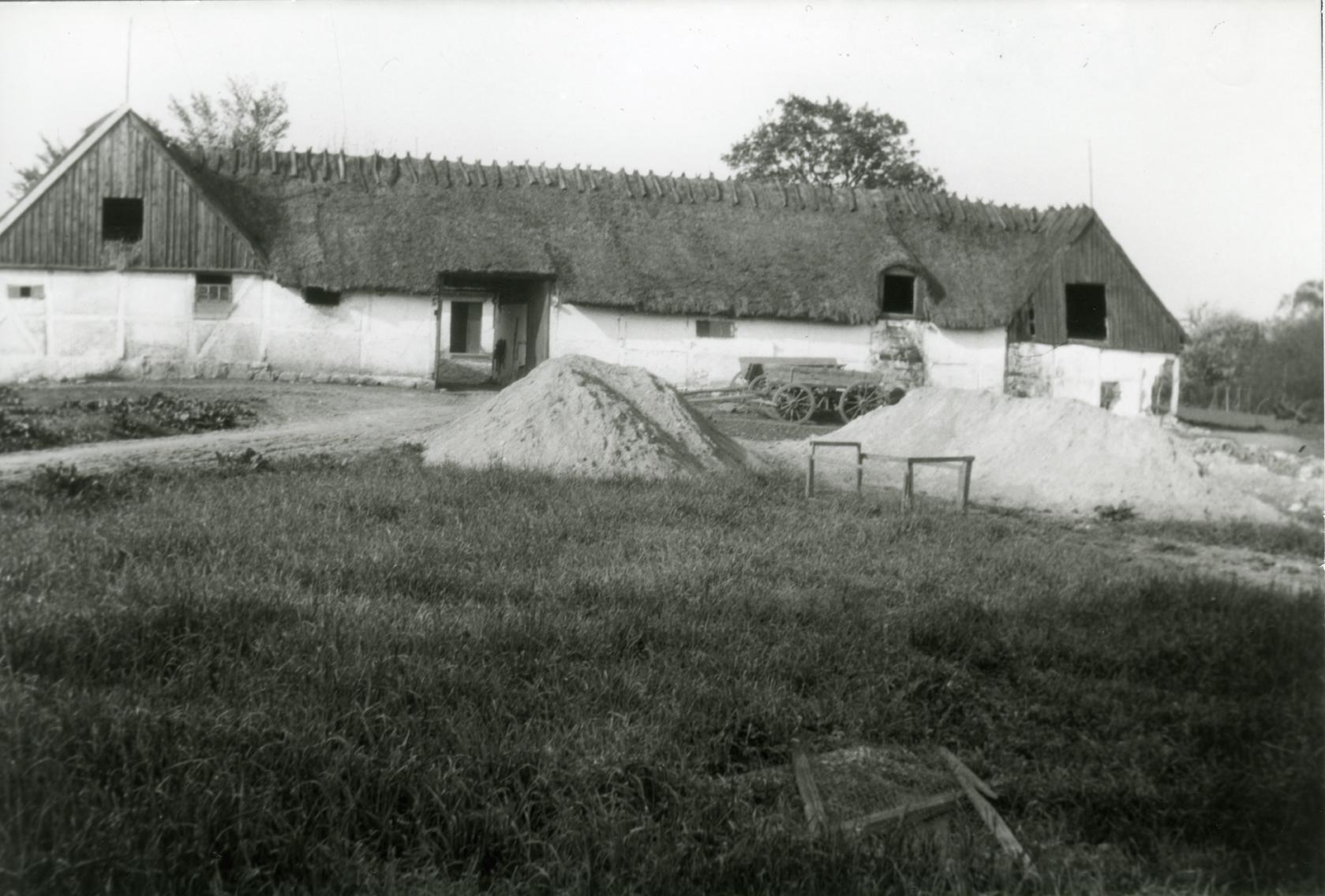 Billede 16 Tjørnholm, Østrupvej 118 - Gården brændte ved den store brand i Ugerløse 1824. Samme år genopførtes den som en firlænget stråtækt gård med indkørsel gennem en stor port. Portlængen blev nedrevet i 1930 og genopbygget samme sted som kostald og kornlade. (kilde G. Christiansen).