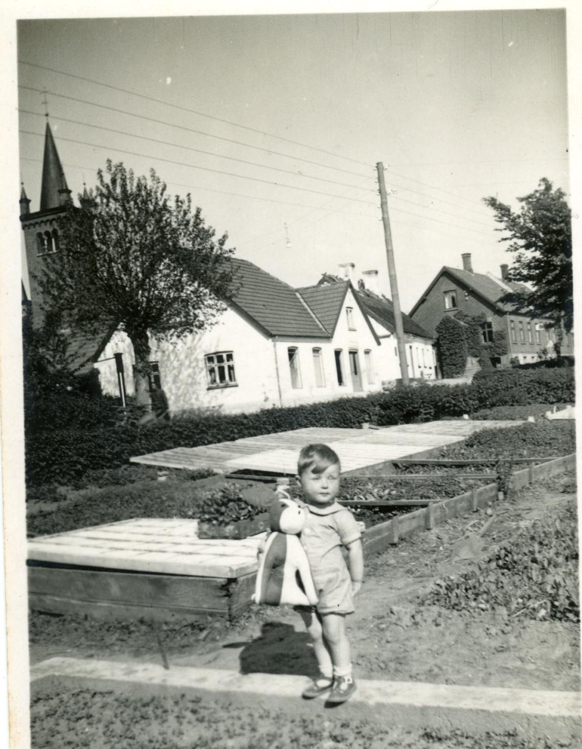 Billede 10 Østrupvej set fra Gartneriet i nr. 116 - hvem er drengen?