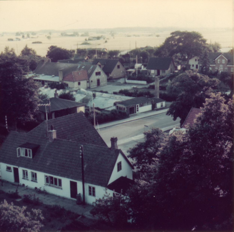 Billede 9 Østrupvej med Gartneriet i nr. 116. Bagved dette det tidligere Alderdomshjem - senere Lysfabrikken