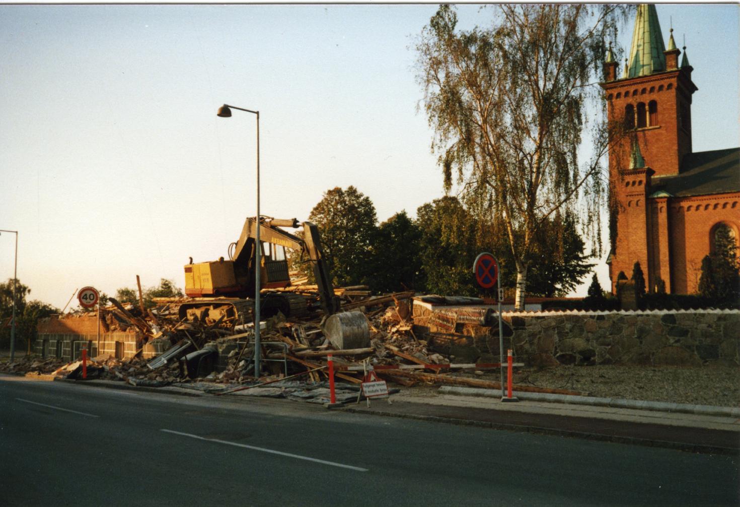 Billede 3 Nedbrydning af ejendom på Østrupvej, som lå i kirkegårdsmuren. Ejendommen blev, sammen med to andre huse der lå til venstre for denne ejendom, revet ned for at gøre plads til den nye urnekirkegård.