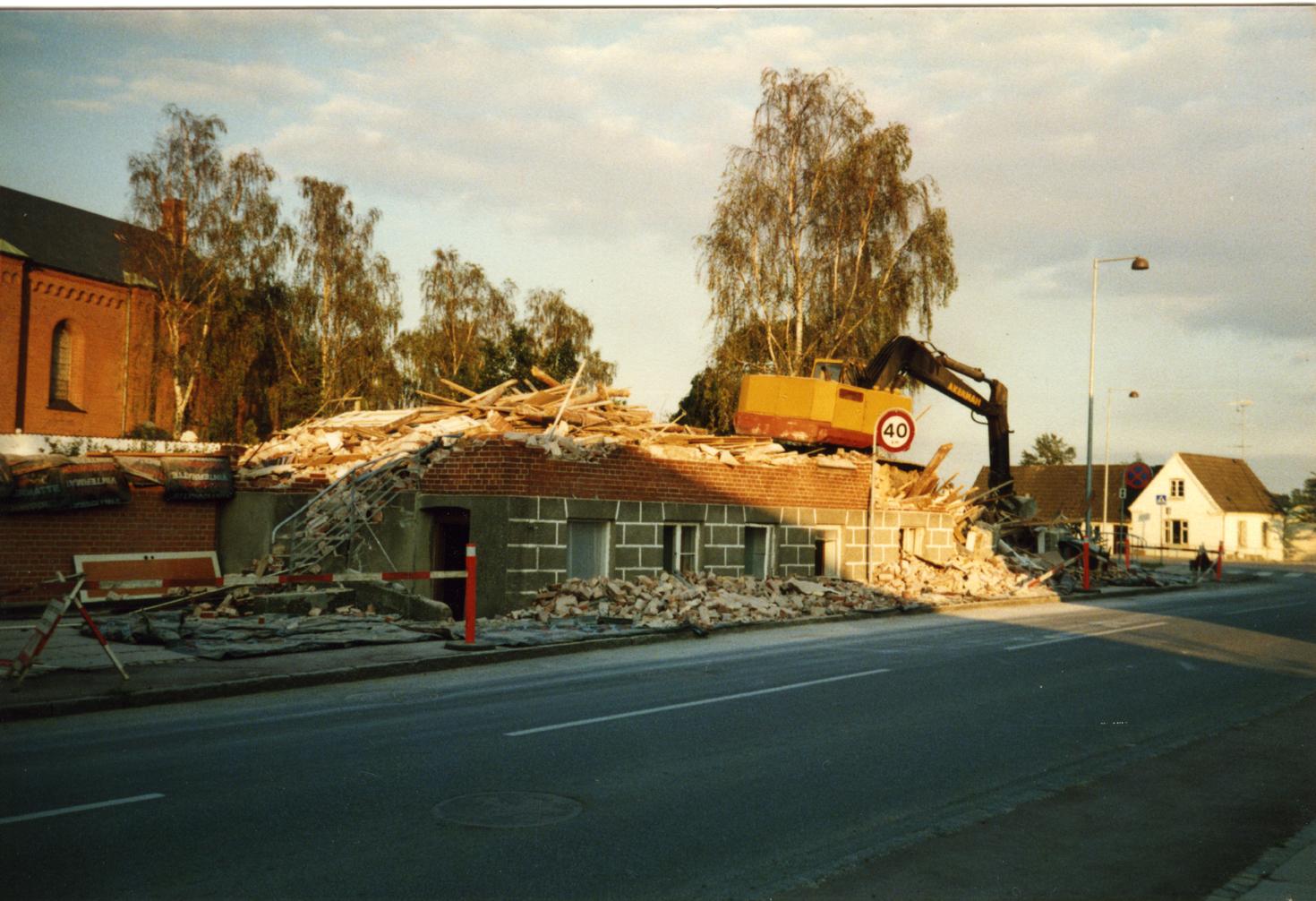 Billede 2 Nedbrydning af ejendom på Østrupvej, som lå i kirkegårdsmuren. Ejendommen blev, sammen med to andre huse der lå til venstre for denne ejendom, revet ned for at gøre plads til den nye urnekirkegård.