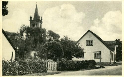 Østrupvej ca. 1945 - Billede 51 Husene er i dag nedrevet og her ligger kirkens parkeringsplads. Bemærk Lilleskovvej, som dengang udgik fra Østrupvej.