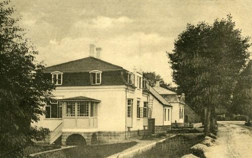 Bonderupvej ca. 1910 - Billede 56 Det tredje hvide hus i rækken findes ikke mere. Det er erstattet af et nyere rødstenshus med buede vinduer - og med Kim Lundbergs autoværksted i gården.