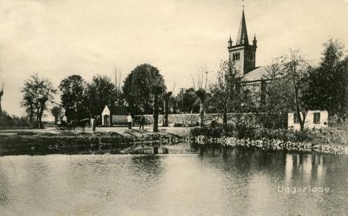 Ugerløse ca. 1905 - Billede 11 Gadekæret (nu Tingstedet med byens flagstang), kirken, og den lille hvide bygning i kirkemuren var sprøjtehuset hvor sognets brandsprøjte var parkeret.