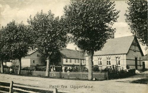 Ugerløse ca. 1908 - Billede 12 Th. Hovedgaden 18. Tv. Toftegården som senere blev nedrevet. Nu Toftegårdsvej 2 med hele Toftegårdsvej i baghaven.