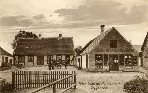 Ugerløse ca. 1910 - Billede 13 Tv. i baggrunden er huset som nu er Hovedgaden 27. Th. En del af bygningen Hovedgaden 29. Helt tv. anes en sidebygning som ud mod vejen indeholdt byens smedje.