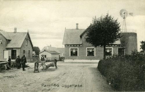 Ugerløse ca. 1910 - Billede 14 Huset th. er Hovedgaden 28 med byens vandværk. Tv. er det Hovedgaden 30. I baggrunden anes bygningerne Strædet 4.