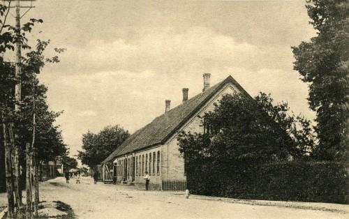 Ugerløse ca. 1905 - Billede 16 Nu er det Ugerløse Dagli'Brugs - men dengang var det Købmand Ludvig Aagesen bagerst i bygningen. Nærmest var det byens kro. Bemærk de åbne stalddøre til byens rejsestald bagerst.