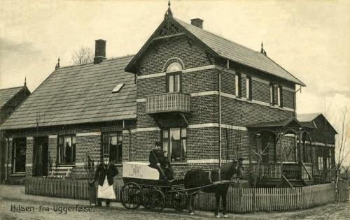 Hovedgaden 7 med Slagter Ravns forretning ca. 1920 - Billede 57 På bukken Anders Ravn (slagterens far) + ukendt barn. Stående ved siden af vognen en slagtersvend.