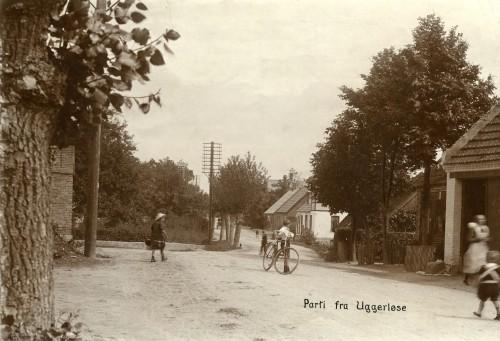 Hovedgaden ca. 1900 - Billede 19 Helt th. er det hjørnet af bagerens bygning. Det hvide hus er Hovedgaden 13.