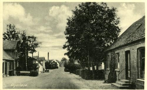 Hovedgaden ca. 1938 - Billede 22 Th. er det Hovedgaden 4. Tv. er det Hovedgaden 7 med Slagter Ravns forretning og bænk foran.