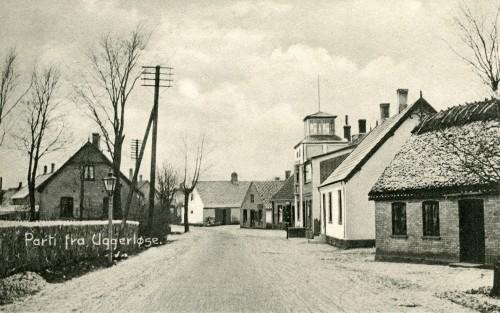 Hovedgaden ca. 1908 - Billede 24 Det stråtækte hus th. er Hovedgaden 37. Det hvide hus nr. 33 - dernæst urmagerens hus med tårnet nr. 31. Th. er kirkegårdsmuren. Bemærk den fine gadelampe.