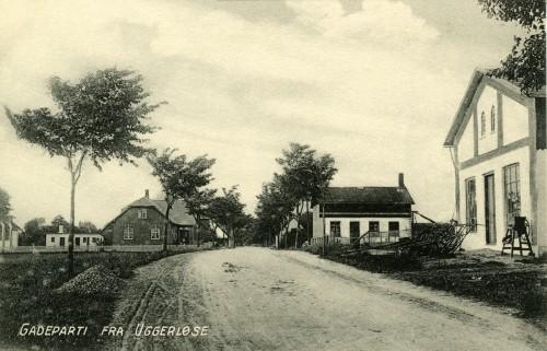 Hovedgaden ca. 1910 - Billede 25 Th. er det Uggerløse Maskinfabrik nr. 59 Tv. er det skolen. Det lille hvide hus tv. for skolen er de to læreres vaskehuse.