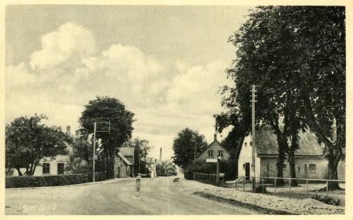 Hovedgaden ca. 1938 - Billede 26 Th. er det Præstegården - nu Ugerløse Fritidscenter. Tv. anes Bonderupvej.