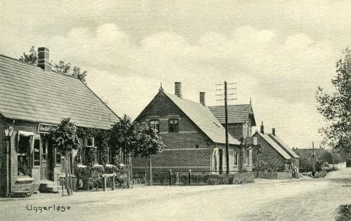 Hovedgaden ca. 1905 - Billede 27 Fra venstre er det Købmand Jens Kristensens forretning i nr. 5. Huset med de hvide striber i murværket er nr. 7 med slagter Rans forretning.