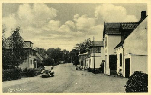 Hovedgaden ca. 1940 - Billede 34 T.h. er det nr. 15 Det skæve hus med byens telefoncentral. T.v. nr. 16 med byens elektrikerforretning.