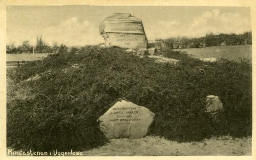 Mindestenene ved Ugerløse Idrætsplads - Billede 37 Den øverste sten er stenen der fejrer 200-året for Stavnsbåndets ophævelse. Den nederste sten er mindesten over Mejeribestyrer Laurits Hansen, som tragisk døde i 1945 ved en idrætsulykke. Han var foregangsmand og skabte bl.a. Idrætspladsen og Friluftsbadet.