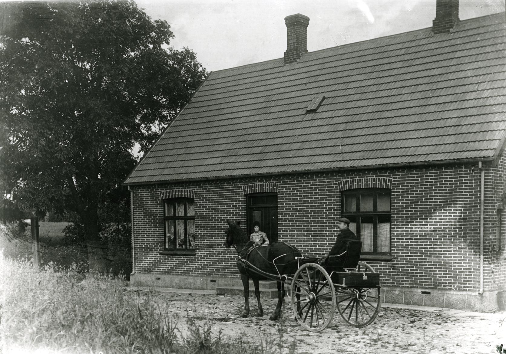 """Billede 23 Kristen Boersvej 3 Dyrlæge Kristen Boers 1905 Kristen Boers, parat til at køre i praksis. Hans kone, Helga Boers, har striglet hesten, lagt seletøj på """"Ku-ku"""" - gammel cirkushest, meget høj - men da mor var lille bøjede hesten sig ned og stod med skrævende ben, så mor kunne lægge seletøjet på. Mor vaskede også vognen og passede, at alt var i orden i apotekerkassen bag på køretøjet, som vi kaldte kareten. Far havde købt den af sin forgænger, der var nordmand. Det var også mors job at skære hakkelse til hesten."""