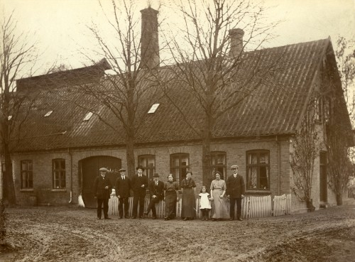 Mejeriet Birkholm ca. 1918 Pers.f.v. er: 4 mejerister, ung pige, Mejerske Anna Skærbæk, Ester Petersen (datter), mejeribestyrerens kone og mejeribestyrer Petersen selv.