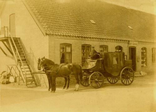Postdilligencen ved Købm. Aagesens forretning og Uggerløse Brevsamlingssted ca. 1890 Postkører Jens Kristian Larsen