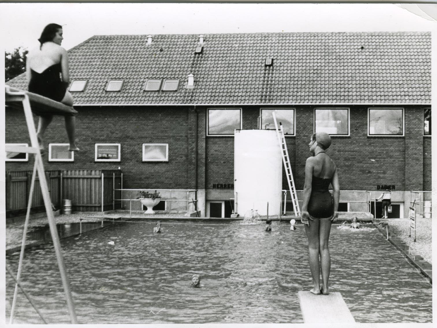Avisfoto fra Ugerløse Friluftsbad ved 25-års jubilæet i 1958. Hvem er pigerne?