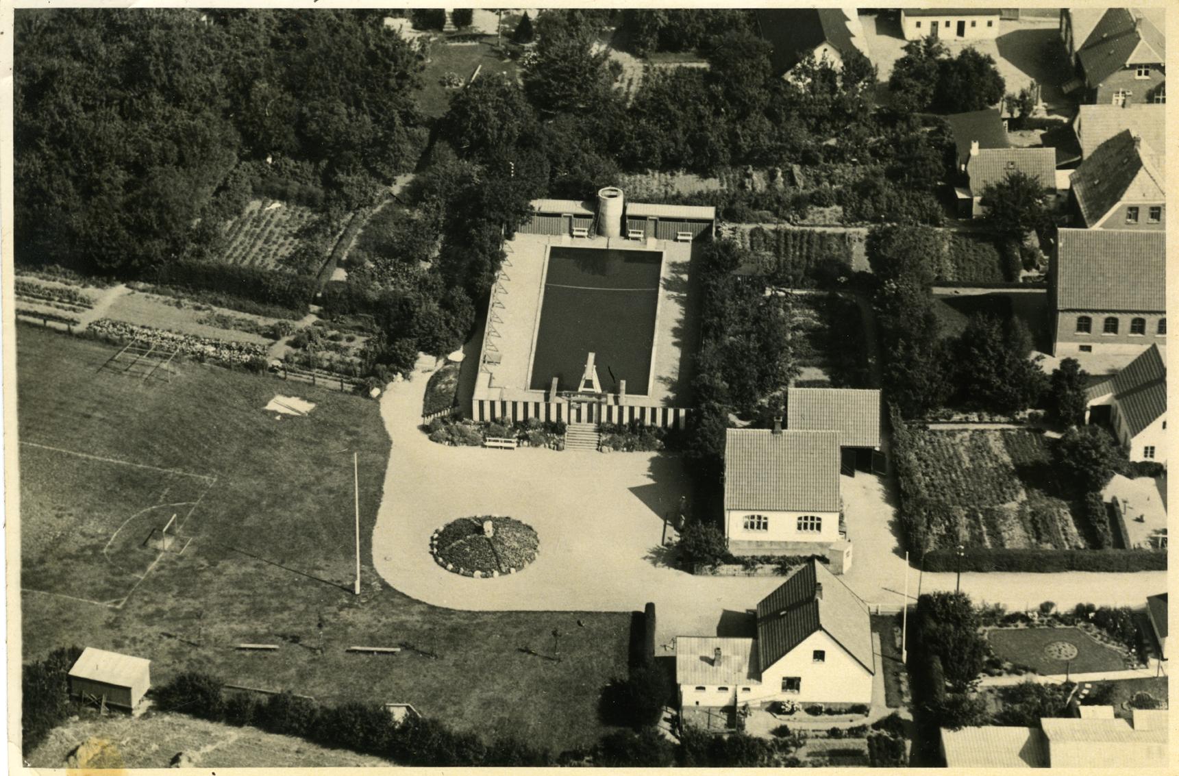 Ugerløse Friluftsbad inden Idrætspladsen og skolen udbygning. Her ligger byens haver lige op til Friluftsbadet.