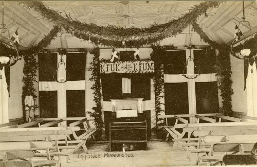 Uggerløse Missionshus på hjørnet af Tølløsevej og Bonderupvej ca. 1910 - Billede 45 Bemærk den lille negerfigur i venstre hjørne af lokalet.