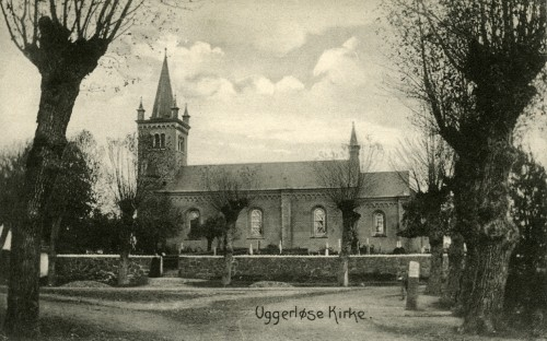 Uggerløse Kirke ca. 1900 - Billede 42 Bemærk vejføringen af Hovedgaden som peger direkte mod kirken. Det var dengang gadekæret gik næsten helt ud til midten af nutidens rundkørsel.