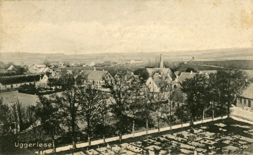 Uggerløse set fra kirketårnet ca. 1905 - Billede 46 Hovedgaden med bagerens skorsten. Bonderupvej og ud i horisonten af billedet anes Tølløsevej.