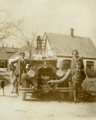 Uggerløse brandbil med nummerplade C2361, som er indregistreret før 1931. Manden er Kaj Wentzlau og damen er muligvis Karen Wentzlau.