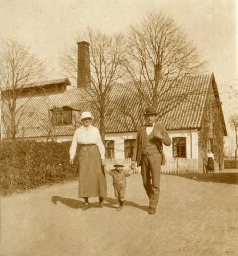 Mejerist Laurits Hansen og familien på søndagstur før 1945.  Tak for billedet til Grethe Rink (f. Sverregaard)