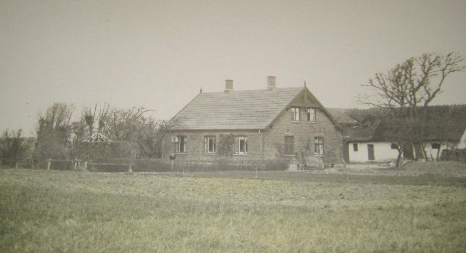 Huset som det så ud i ca. 1923. Den bagerste staldbygning var stuehus inden det nye blev bygget.