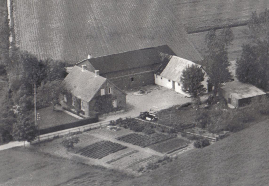 Ejendommen fotograferet ca. 1945. Kun maskinhuset helt til højre på billedet, er tilbage af udlængerne.